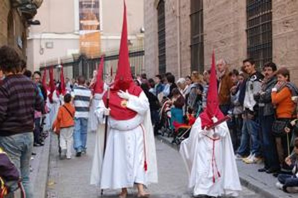 Procesie s Kristom a Pannou Máriou i ľudia v kostýmoch so špicatými kuklami. Veľká noc sa  španielskej Andalúzii oslavuje spoločne s rodinou aj na ulici.