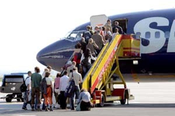 Letecké spoločnosti rušia niektoré linky pre drahý benzín. SkyEurope napríklad v zime nebude lietať do írskeho Dublinu a Corku.