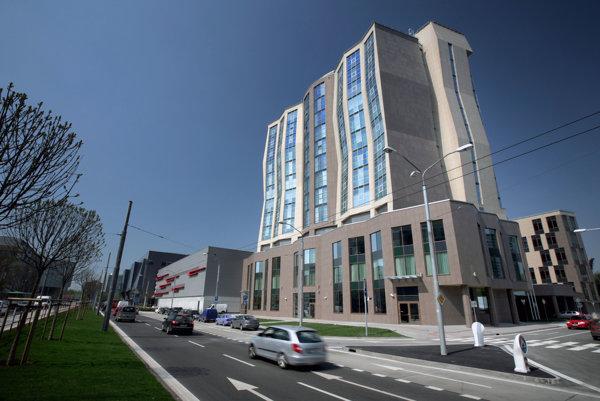 Hotel DoubleTree by Hilton pri zimnom štadióne Ondreja Nepelu.