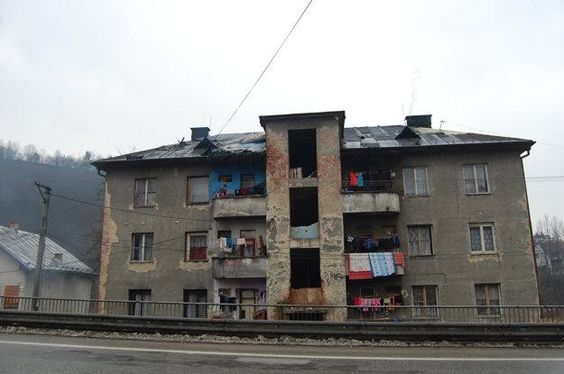 Obyvatelia domu hrôzy v Brezne žijú bez vody a kanalizácie už niekoľko rokov. Psychicky sa pripravujú na ďalšie leto v strašnom zápachu. Svoju situáciu nevedia nedokážu riešiť bez pomoci zvonka.