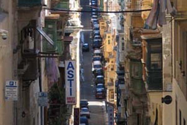Ulice a uličky vo Vallette sa takmer všetky zbiehajú k moru. Všade je množstvo škodoviek, favoritov a felícií.