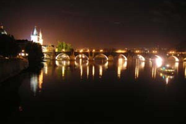 Pražský Karlov most v noci.