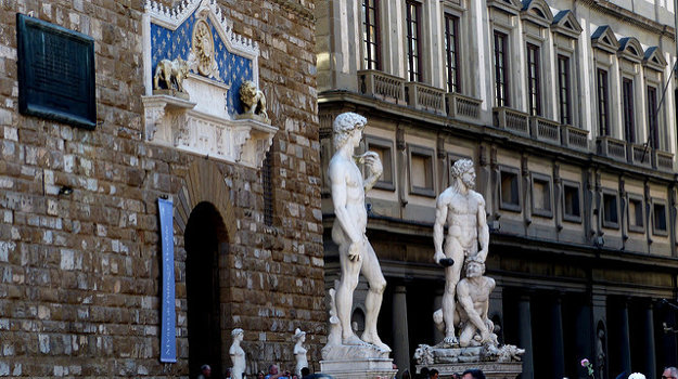 Sochu Dávida a Hercula vo Florencii nájdete aj na Plaza de la Signoria. Ide však o kópie majstrovských diel  Michelangela a Bandinelliho.