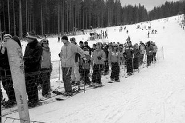 Do lyžiarskeho strediska Zverovka - Spálená  prúdili počas Vianoc stovky návštevníkov. Je totiž momentálne jediným strediskom na Orave, kde sa dá lyžovať. Zatiaľ sú v prevádzke len dolné dva vleky, hornú zjazdovku vlekári vytrvalo upravujú snežnými delami