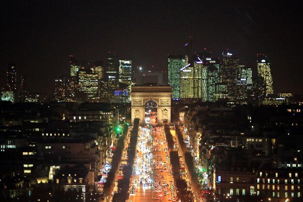 Osvetlený bulvár Champs-Élysées s Víťazným oblúkom a finančnou štvrťou La Défens býva plný áut.