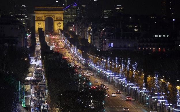 Champs-Élysées býva v predvianočnom období vyzdobená množstvom svetiel.