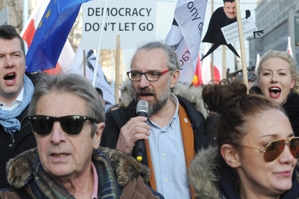 Kijowski pomohol založiť organizáciu, ktorej cieľom je bojovať proti zmenám v poľskej justícii.