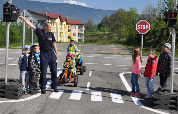 Preventista mestskej polície Dušan Medzihradský deťom vysvetľuje funkciu semaforu.