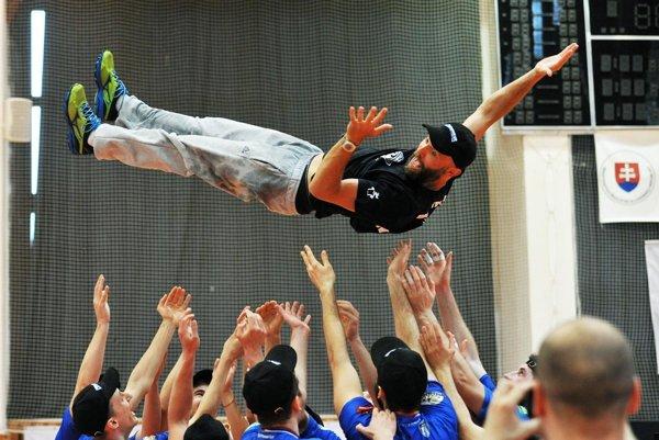 Tréner Marek Kardoš si aj zalietal nad hlavami hráčov.