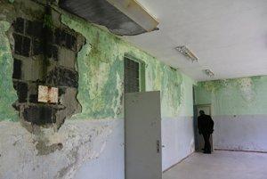 Zvlhnuté a opadané steny bývalej materskej školy.