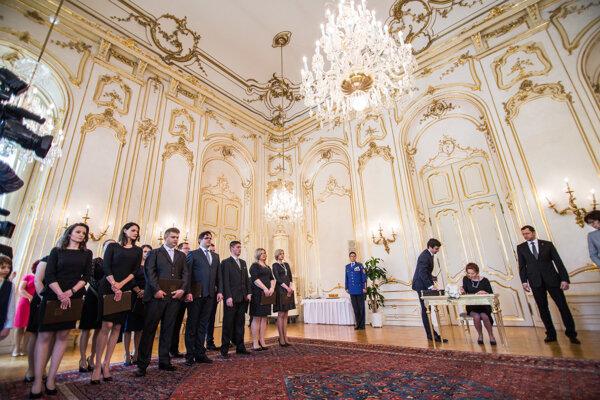 Sudcovia počas vymenovania sudcov bez časového obmedzenia prezidentom SR v Prezidentskom paláci.