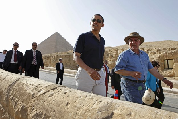 Záhí Hawás sprevádzal v roku 2009 aj amerického prezidenta Baracka Obamu.