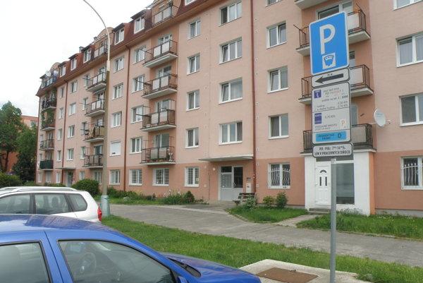 Obyvatelia, ktorí majú trvalý pobyt v parkovacej zóne, získavajú na parkovanie rezidentské karty.