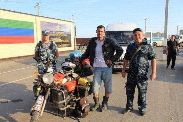 V Čečensku. Michal so svojou motorkou uprostred.