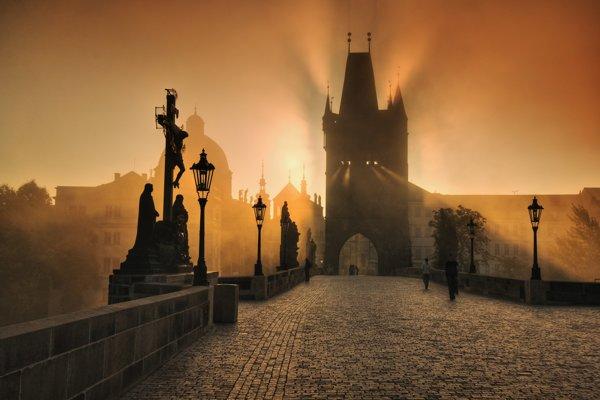 Karlov most je jedným z hlavných pražských lákadiel pre turistov.