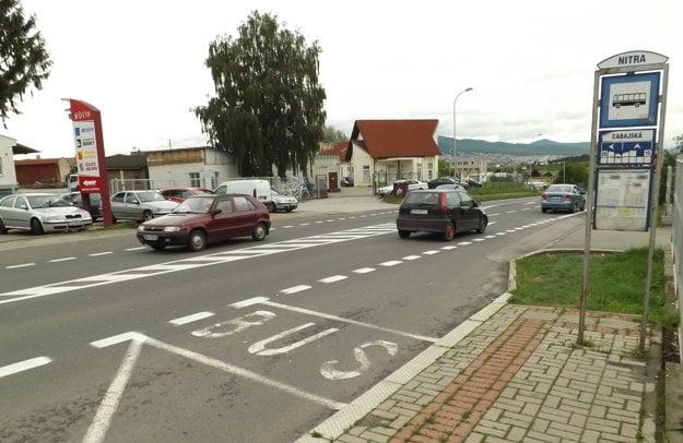 Cabajská ulica, zastávka oproti železiarstvu Tóth, smer Nitra.