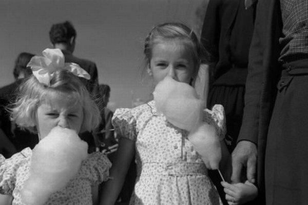Takto chutila cukrová vata v roku 1956. A dáme krk na to, že bola ružová. Čo poviete?
