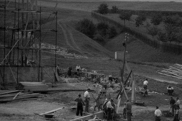 Výstavba amfiteátra v roku 1951.