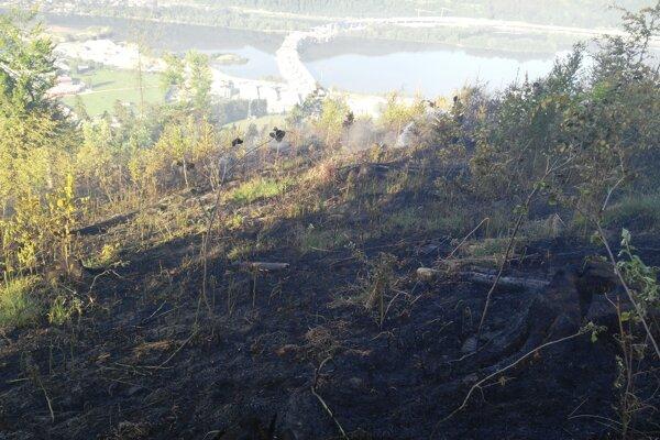 Pri požiari stále zasahujú.