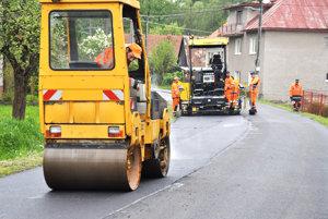 Slovenská správa ciest kladie nový koberec ku Kukučínovi. Stál 20-tisíc eur.