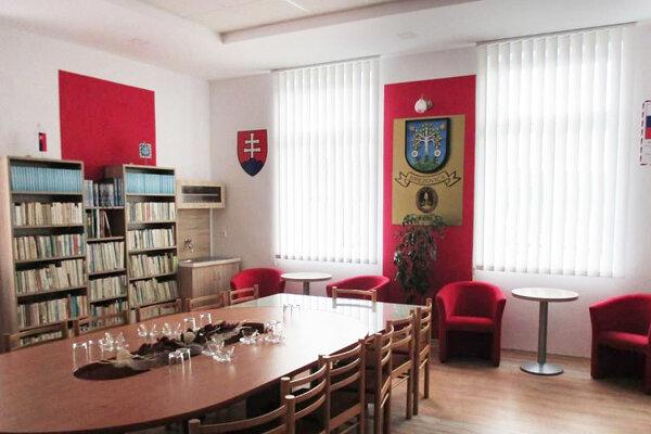 Zmodernizovaná knižnica azasadacia miestnosť.