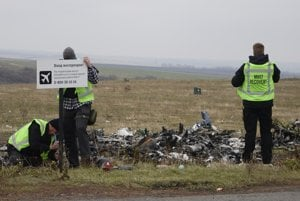 Vyšetrovatelia na mieste pádu lietadla.
