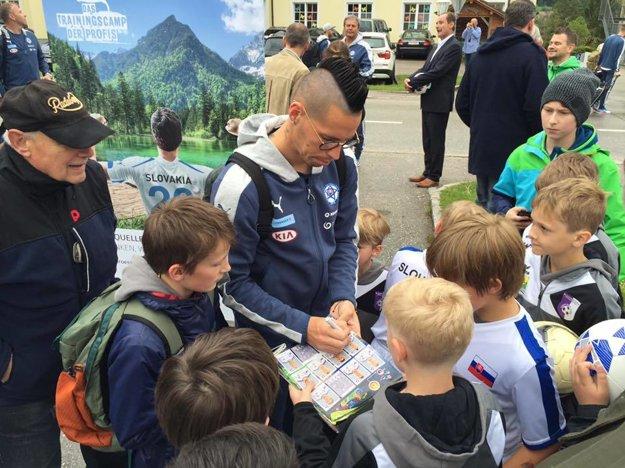 Marek Hamšík detských žiadateľov o autogram málokedy odmietne.