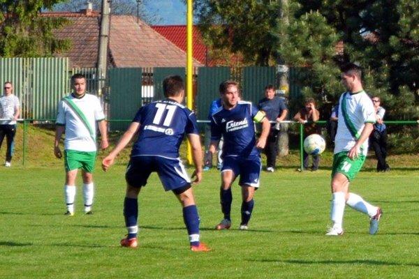 Alekšince (v modrom) vyhrali v Jacovciach 3:0. Na snímke Martin Gunda (11) a kapitán Vladimír Pleva.