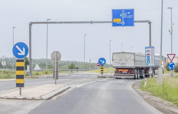 Ak sa chcete vyhnúť slovinskej diaľnici, je potrebné na kruhovom objazde, hneď za hraničným priechodom, odbočiť doľava.