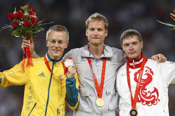 Dopingový tieň padol aj na strieborného chodca z Pekingu Nižegorodova (vpravo).
