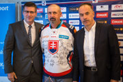 Zdeno Cíger (v strede) pózuje s prezidentom SZĽH Igorom Nemečkom (vpravo) a predsedom predstavenstva nového partnera Tipsport SK Jaroslavom Tarabom.