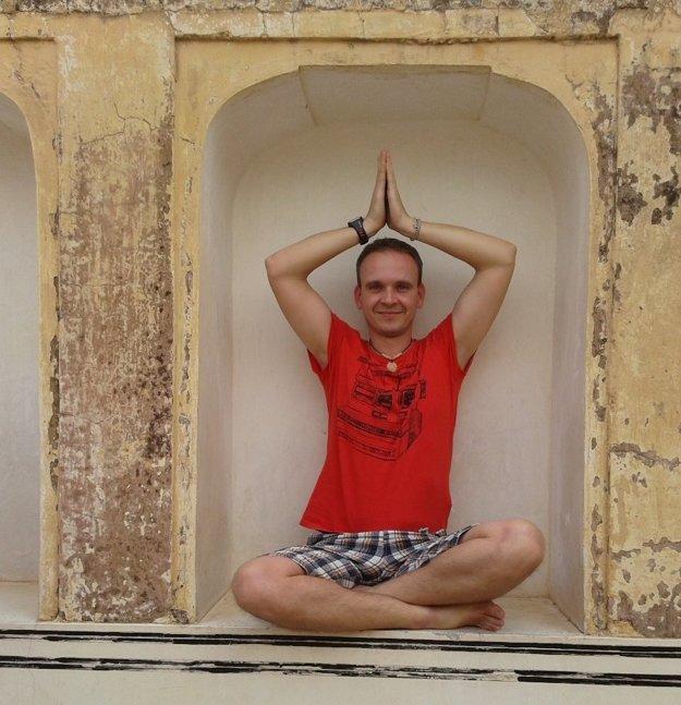 Meditačná pozícia v Amber Fort, Džajpur, India.