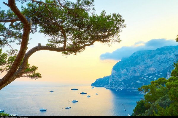 Ostrov Capri je tradične populárnou letnou destináciou v juhotalianskom regióne Kampánia.