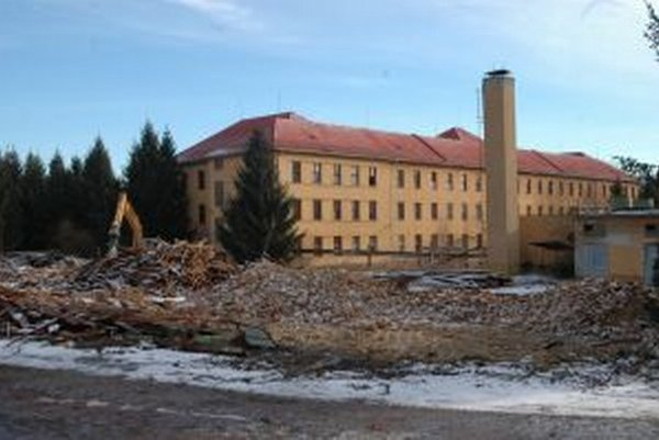 Bývalé kasárne. Odpad z ich búrania končí aj na cudzích pozemkoch.