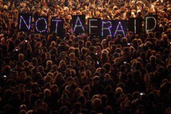 My sa nebojíme - svieti nápis, ktorí držia ľudia na zhromaždení v Paríži.