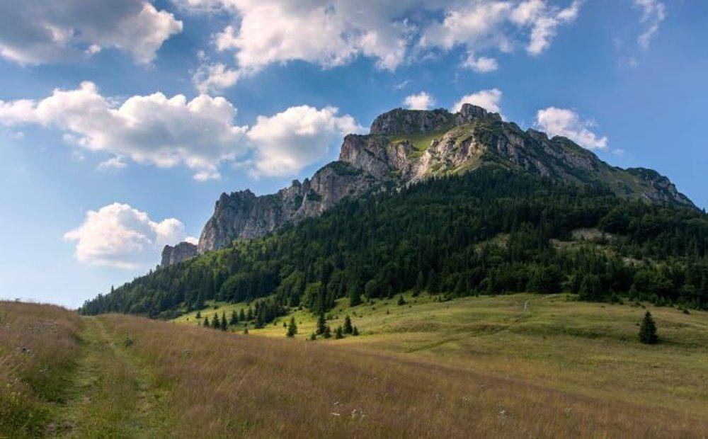 Veľký Rozsutec. Právom jeden z najkrajších vrchov na Slovensku. Pridajte Jánošíkove diery a máte celodennú túru ako vyšitú.