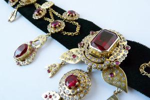 Donedávna bola na svete jediná kópia náhrdelníka. Pribudla k nej aj naša Hodrušská.
