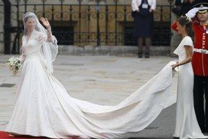 Hoci si Kate Middleton vybrala návrh luxusnej značky Alexander McQueen, nešlo o okázalé ani bohato zdobené šaty, ale o šaty klasické, jemné a decentné. Svadba sa konala v roku 2011.