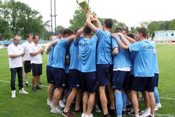 Titul dorastu je veľkým úspechom pre mládežnícku akadémiu FC Nitra. Tréner Michal Kuruc stojí tretí zľava.