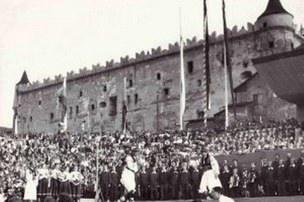 Historicky prvé vystúpenie SĽUK-u pod zámkom pred 66 rokmi.