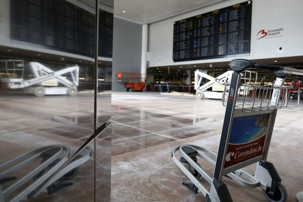 Vozík na batožiny  počas dokončovacích prác v odletovej hale terminálu letiska Zaventem.