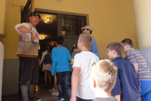 Pri vstupe do divadla deti vítal herec Roman Valkovič.