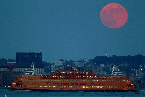 Krvavý Mesiac nad newyorským Brooklynom.