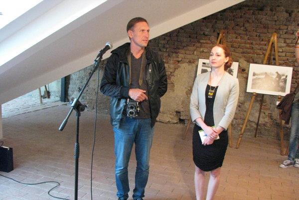 Alexander Chekmenev s prekladateľkou na vernisáži  v Trnave