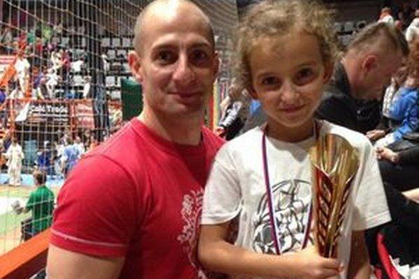 Skúsený tréner Katsuda Róbert Rác so svojou zverenkyňou Lili Križovou, ktorá si na Považí siahla na bronz.