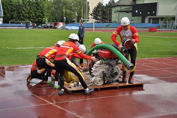 Požiarny útok ovládajú najlepšie profesionáli z Prievidze.
