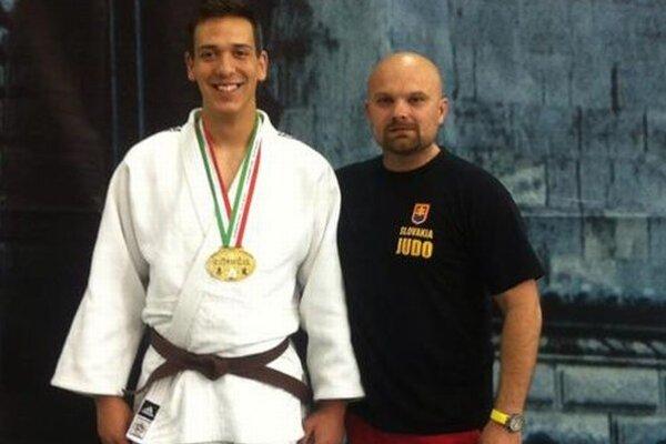 Lukáš so svojím trénerom Michalom Bokorom.