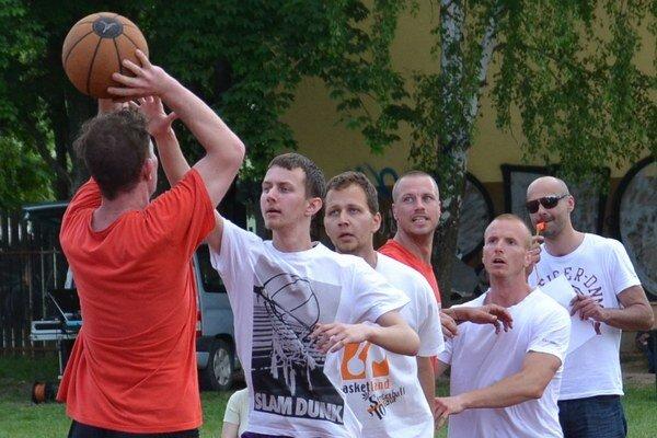 Streetball má v Lučenci veľa priaznivcov.