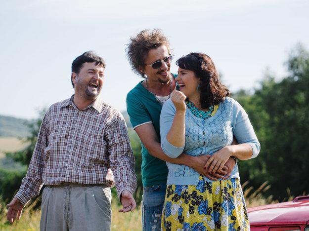 Starosta Hornej Dolnej Karol Frlajz s Ďurom (Daniel Heriban) s Erikou (Petra Polnišová)