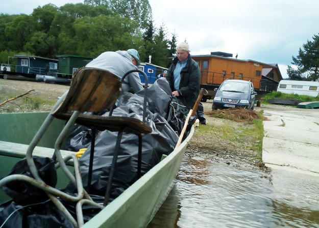 Našli aj chladničku, časti laminátového člna aniekoľko pneumatík.